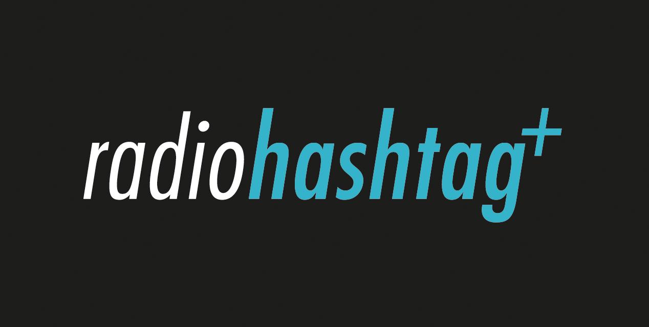 Radio Hashtag+ Logo mit schwarzem Hintergrund weiß/blauer Schrift